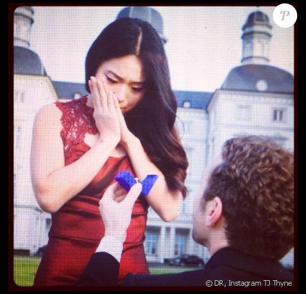 TJ Thyne a demandé en mariage sa petite amie Leah Parker alors qu'ils effectuaient un voyage en Allemagne. Sa fiancée était très émue.