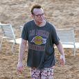 Tom Arnold, transformé, et sa femme Ashley sur une plage de Maui à Hawaï en compagnie de leur fils Jax le 28 décembre 2013
