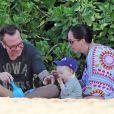 Tom Arnold, transformé, et sa femme Ashley sur une plage de Maui à Hawaï en compagnie de leur fils Jax le 25 décembre 2013