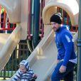 Mike Comrie et son fils Luca au parc à Beverly Hills, le 10 décembre 2013.