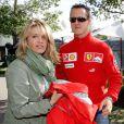 Michael Schumacher et son épouse Corinna dans le paddock du circuit de l'Albert Park Street de Melbourne, en avril 2006