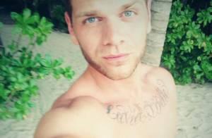 Keen'V : Torsu nu à la plage, il dévoile son nouveau tatouage
