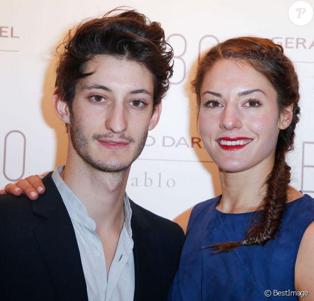 Pierre Niney et sa compagne Natasha Andrews lors de l'inauguration de la nouvelle boutique Gerard Darel, le 130, à Paris, le 30 janvier 2014.