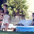 Exclusif - Kourtney Kardashian et sa fille Penelope se relaxent avec des amis au bord d'une piscine dans la villa du producteur Joe Francis. Mexico, le 22 janvier 2014.