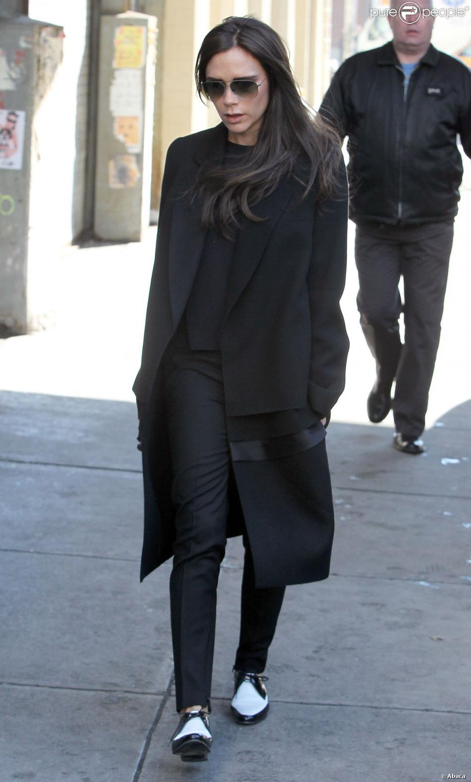 Victoria Beckham, de sortie à New York en période de Fashion Week, porte avec brio sa tenue black & white composée de lunettes et d'un manteau Victoria Beckham, un pantalon et des souliers Saint Laurent. Le 11 février 2014.