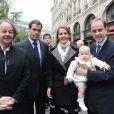 Le prince Jean et la princesse Philomena, duc et duchesse de Vendôme, et leur fils le prince Gaston avec Gonzague Saint-Bris et le prince Louis de Bourbon, duc d'Anjou, le 14 mai 2010 rue de la Ferronnerie à Paris.