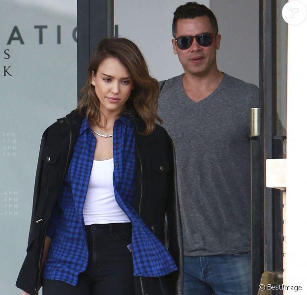 """Jessica Alba et son mari Cash Warren font du shopping à """"Barneys New York"""" à Beverly Hills. Le 15 février 2014"""