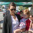Jessica Alba fait du shopping avec sa fille Haven Warren à West Hollywood, le 14 février 2014 après s'être rendue chez Urth Café.