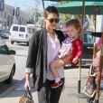 Belle journée de soleil pour Jessica Alba qui fait du shopping avec sa fille Haven Warren à West Hollywood, le 14 février 2014 après s'être rendue chez Urth Café.