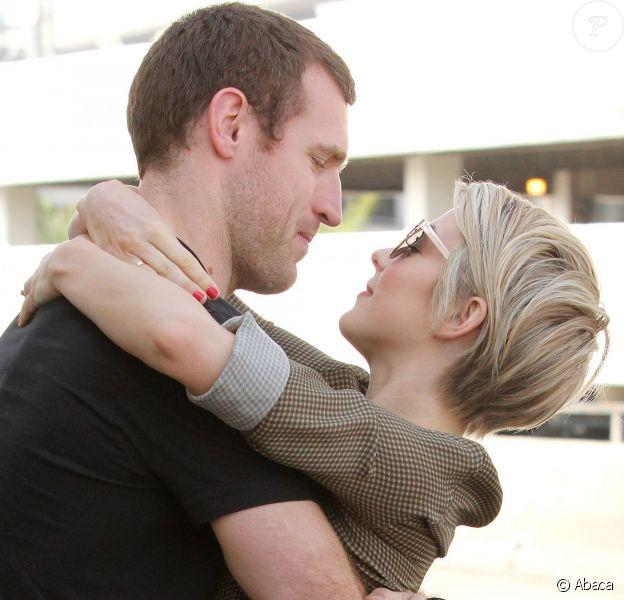 Julianne Hough et son nouveau petit ami Brooks Laich à l'aéroport de Los Angeles, le 18 février 2014.