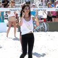 Lily Aldridge participe au Celebrity Chef Volleyball Tournament de Sports Illustrated Swimsuit, sur une plage de Miami. Le 20 février 2014.