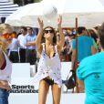 Samantha Hoopesparticipe au Celebrity Chef Volleyball Tournament de Sports Illustrated Swimsuit, sur une plage de Miami. Le 20 février 2014.