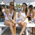 Kate Brock et Emily Ratajkowskiparticipent au Celebrity Chef Volleyball Tournament de Sports Illustrated Swimsuit, sur une plage de Miami. Le 20 février 2014.