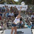 Le mannequin Hannah Davis participe au Celebrity Chef Volleyball Tournament de Sports Illustrated Swimsuit, sur une plage de Miami. Le 20 février 2014.