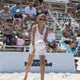Le mannequin Bregje Heinen participe au Celebrity Chef Volleyball Tournament de Sports Illustrated Swimsuit, sur une plage de Miami. Le 20 février 2014.