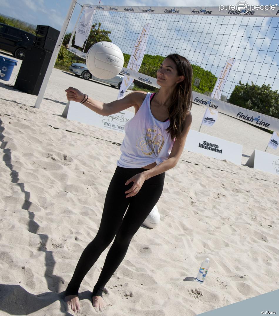 Lily Aldridge, sexy volleyeuse lors du Celebrity Chef Volleyball Tournament de Sports Illustrated Swimsuit, sur une plage de Miami. Le 20 février 2014.