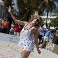 Le mannequin Samantha Hoopes participe au Celebrity Chef Volleyball Tournament de Sports Illustrated Swimsuit, sur une plage de Miami. Le 20 février 2014.