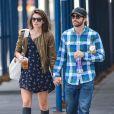Jake Gyllenhaal et sa petite amie Alyssa Miller dans les rues a New York, Le 21 septembre 2013.