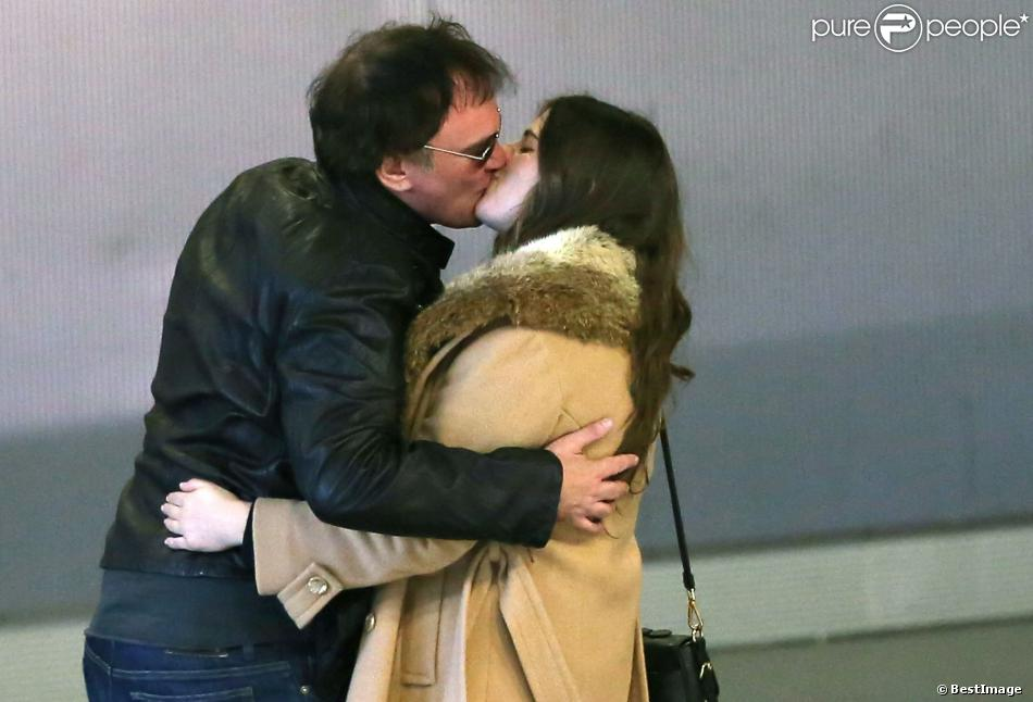 Quentin Tarantino embrasse une mystérieuse inconnue dans le hall de l'aéroport Roissy Charles-de-Gaulle à Paris, le 27 février 2014.
