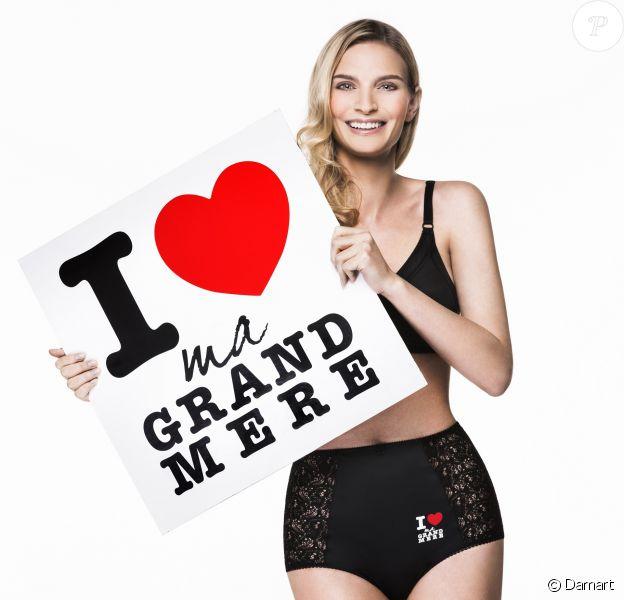 """Sarah Marshall présente la culotte """"I love my grand-mère"""" de Damart sortie à l'occasion de la fête des grands-mères le 2 mars 2014."""