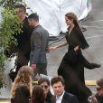 Brad Pitt et Angelina Jolie signent des autographes en arrivant au Film Independent Spirit Awards à Los Angeles Le 1er mars 2014