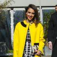 La lumineuse Jessica Alba quitte la Cité de la mode et du design à l'issue du défilé Kenzo. Paris, le 2 mars 2014.