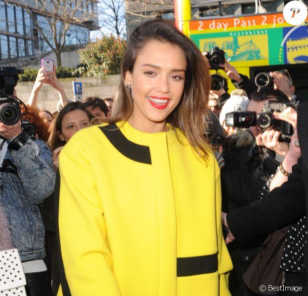 """Jessica Alba arrive au défilé """" Kenzo """" pendant la fashion week à Paris Le 02 Mars 2014"""