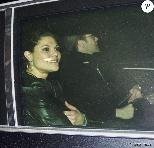 La princesse Victoria et le prince Daniel de Suède quittent le Tele2 Arena de Stockholm près de 35 minutes après la fin du concert d'Avicii, le 1er mars 2014.