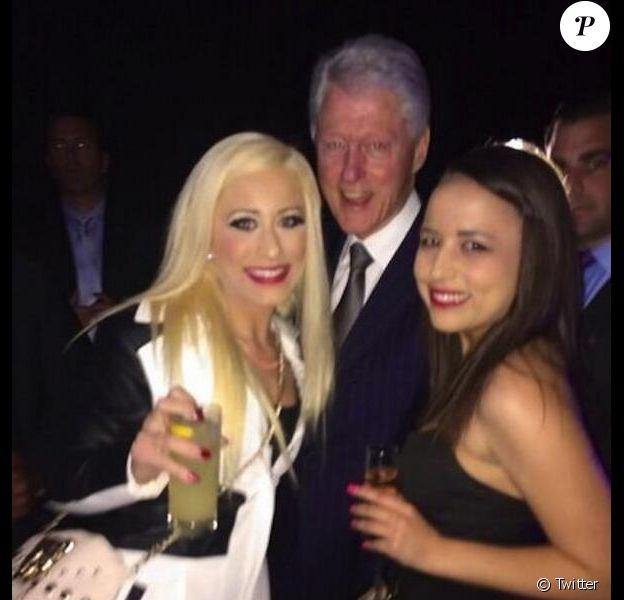 Bill Clinton et deux prostituées, Barbie Girl et Ava Adora,à Los Angeles le 27 février 2014.