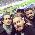 Selfie de M. Pokora avec quelques amis dont Nicolas Coullier (à gauche) lors du match amical France contre Pays-Bas au Stade de France à Saint-Denis le 5 mars 2014.