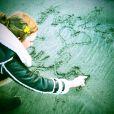 Karlie Kloss écrit le prénom de Taylor Swift dans le sable. En road trip dans la région de Big Sur (Californie), mars 2014.