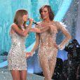 Karlie Kloss et Taylor Swift lors du défilé Victoria's Secret à New York, le 13 novembre 2013.