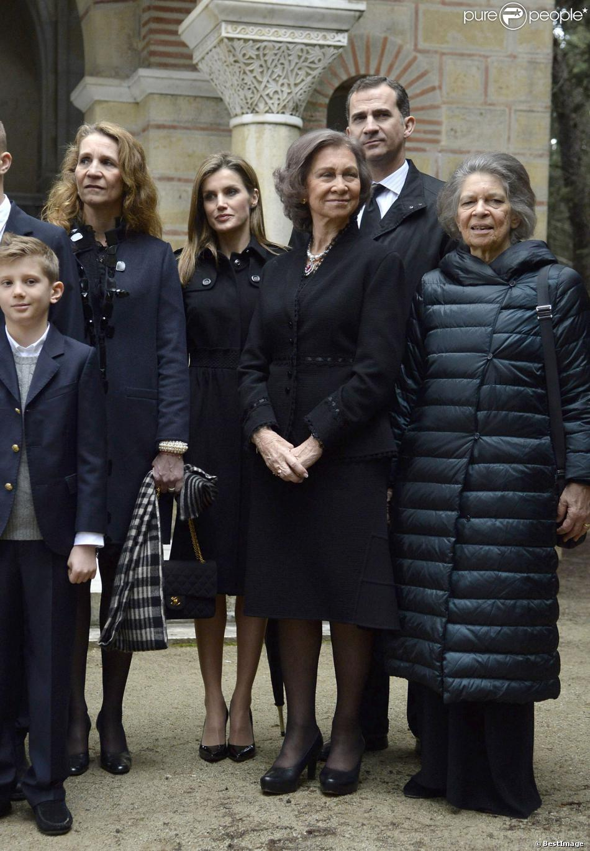 L'infante Elena d'Espagne, la princesse Letizia, la reine Sofia d'Espagne, le prince Felipe et la princesse Irene de Grèce réunis pour la photo de groupe lors de la cérémonie commémorant les 50 ans de la disparition du roi Paul Ier de Grèce, le 6 mars 2014 à la nécropole royale du domaine Tatoï, au nord d'Athènes. L'infante Cristina était à l'autre bout...
