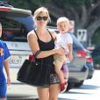 Reese Witherspoon avec son fils Tennessee James à Brentwood, le 16 mars 2014.