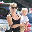 Reese Witherspoon avec son fils Tennessee James dans le quartier de Brentwood à Los Angeles, le 16 mars 2014.