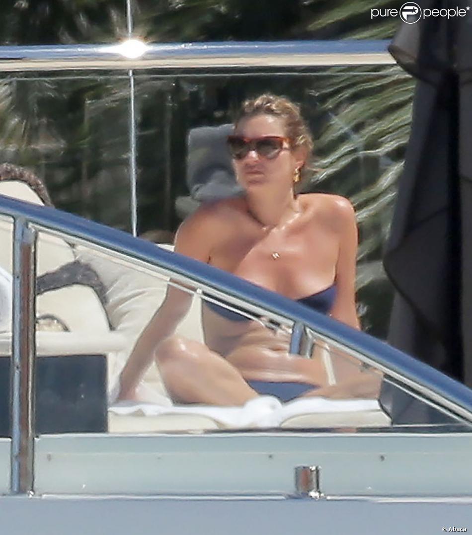 Kate Moss, en bikini, se dore la pilule sur le Lionheart, le yacht de son ami milliardaire Sir Philip Green. Gustavia, Saint-Barthélemy, le 17 mars 2014.