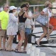 Kate Moss, en bonne compagnie sur le port de Gustavia à Saint-Barthélemy. Le 15 mars 2014.