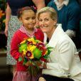 La comtesse Sophie de Wessex en visite à l'école primaire Robert Browning à Londres le 10 mars 2014, le jour des 50 ans de son époux le prince Edward.