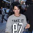 "Lily Allen, qui porte un sweatshirt ""Take It Ez"", fait du shopping dans les rues de New York. Le 18 mars 2014"