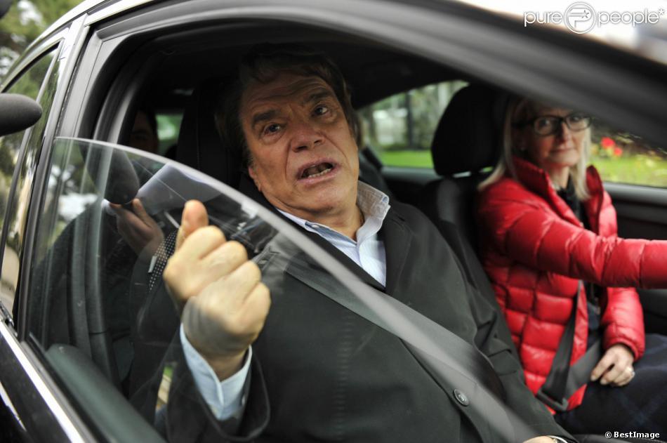 Bernard Tapie devant le siège de Nice-Matin, le 20 décembre 2012 à Nice, répondant aux questions des journalsites