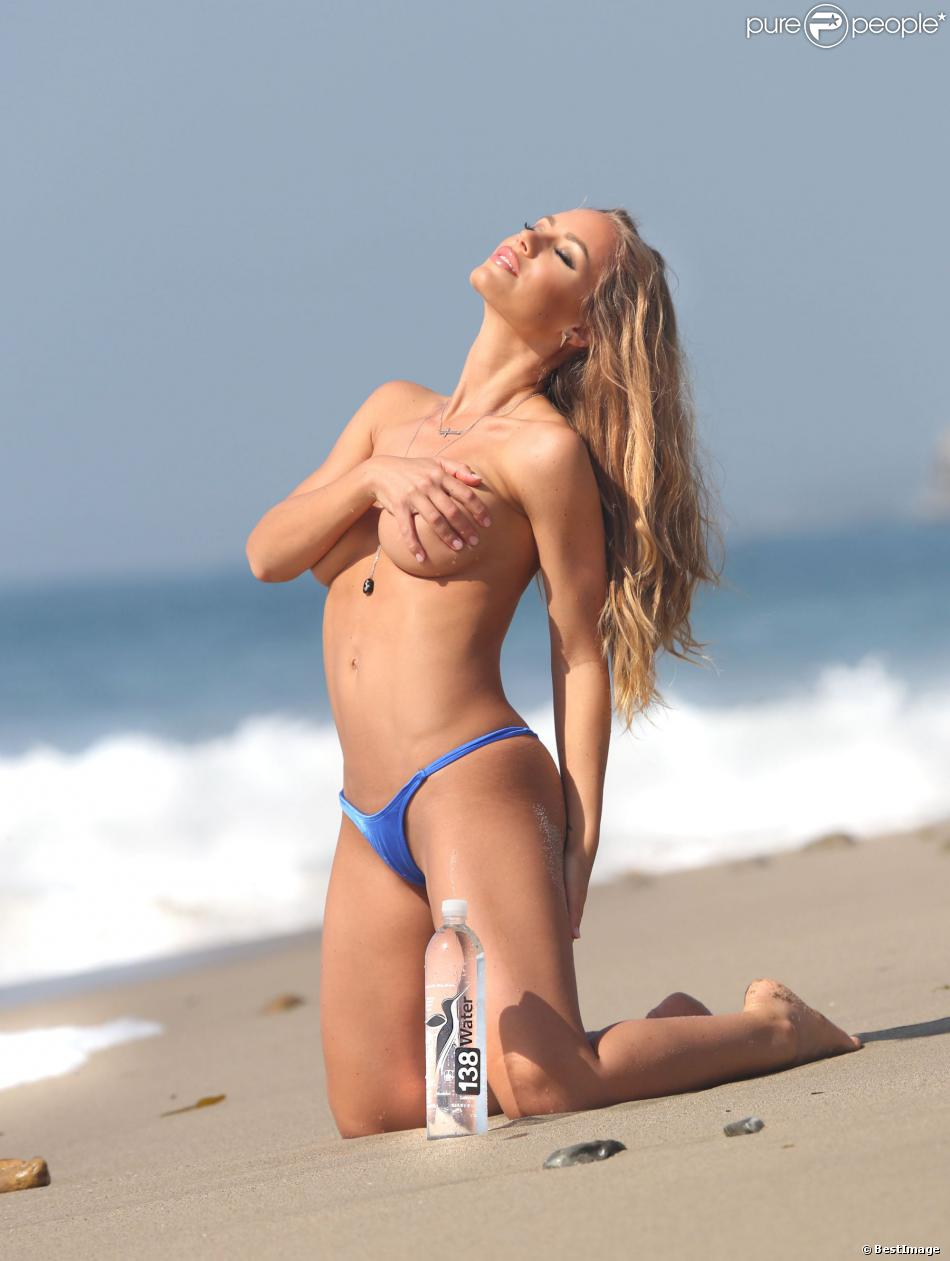 Nicole Aniston topless en shooting pour 138 Water à Malibu le 20 mars 2014.