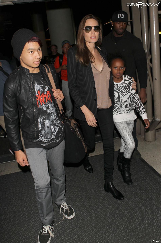Angelina Jolie avec ses enfants Maddox et Zahara à l'aéroport de Los Angeles le 25 mars 2014. Ils étaient à Las Vegas où se déroulait une conférence dans le cadre du CinemaCon et la présentation du film d'Angie, Unbroken