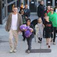 Brad Pitt et sa fiancée Angelina Jolie arrivant à l'aéroport de Los Angeles en provenance de Sydney avec leurs enfants Shiloh, Maddox, Pax, Knox, Vivienne et Zahara, le 6 février 2014