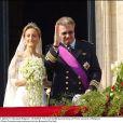 Mariage du prince Laurent de Belgique et de la princesse Claire, le 12 avril 2013. Les jeunes mariés au balcon de l'Hôtel de Ville, à Bruxelles.