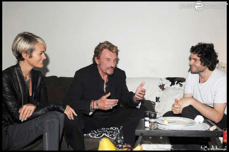 Johnny Hallyday et Laeticia auprès de Mathieu Chedid après son concert à L'Olympia, le 27 mai 2010