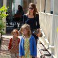 Jessica Alba et ses deux filles Honor et Haven passent leur samedi après-midi au Coldwater Canyon Park à Beverly Hills, le 29 mars 2014.