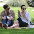 Jaime King, son mari Kyle Newman et leur fils James passent leur samedi après-midi au Coldwater Canyon Park à Beverly Hills. Le 29 mars 2014.