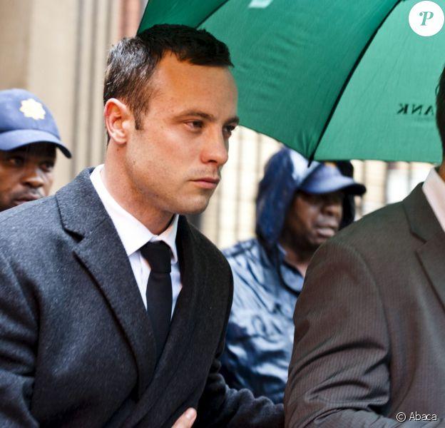 Oscar Pistorius lors de son arrivée à la Haute cour de justice de Pretoria où il doit répondre du meurtre de Reeva Steenkamp, le 10 mars 2014
