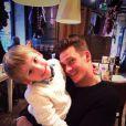 Lee Ryan pose avec son fils Rayn Lee Amethys, le 24 décembre 2013.