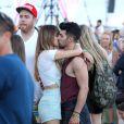 Joe Jonas et sa compagne Blanda Eggenschwiler s'embrassent lors du premier jour du festival de Coachella, en Californie, le 11 avril 2014.